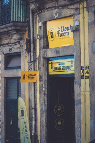 The Biggest Cloakroom-Fachada